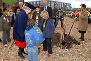 H.M. de Koningin Beatrix is aanwezig bij de viering van het 50 jarig jubileum van de Stichting Nationale Boomfeestdag. De Koningin zal met hulp van 5 kinderen haar boom planten.<br /> <br /> H.M. the queen Beatrix is present at the celebration of the 50 th  jubilees of the foundation national tree (boomfeestdag) . The queen will plant its tree with help of 5 children.<br /> <br /> <br /> Op de foto:  De koningin plant een boom met Pieter de Vries (4),