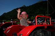 Mädchen auf Traktor, filles souriante sur un vieux tracteur. Young smiling girl on a tractor. Jaun, 2009. © Romano P. Riedo