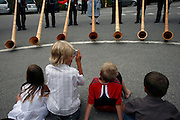 Concert de cor des alpes, sur la place du Parking à Moléson village, juillet 2009. Alphornkonzert auf dem Parkplatz von Moléson Village.