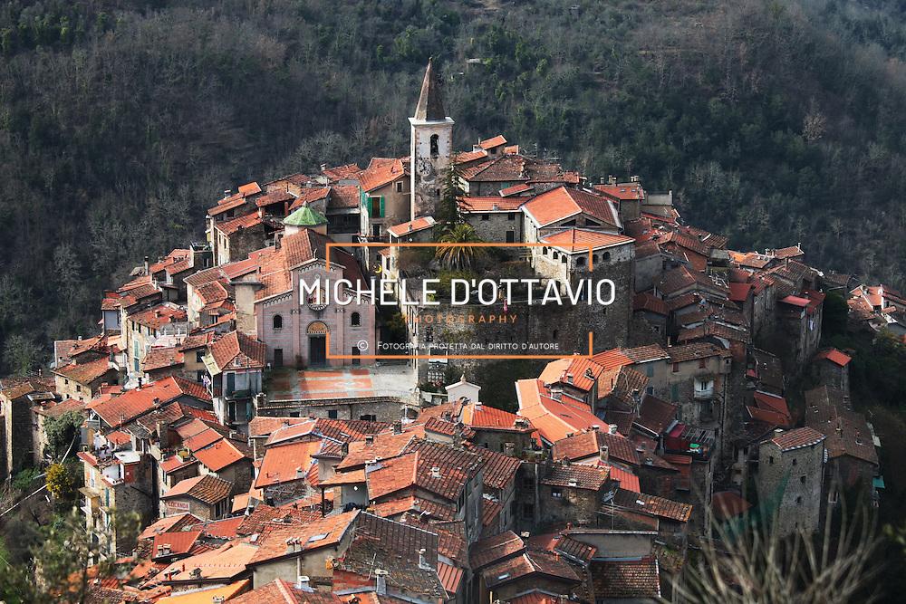 """Il Borgo medioevale di Apricale (607 ab. / 291 mt. s.l.m.) è situato nell'entroterra di Bordighera e Ventimiglia ed è segnalato tra """"I Borghi più belli d'Italia""""."""