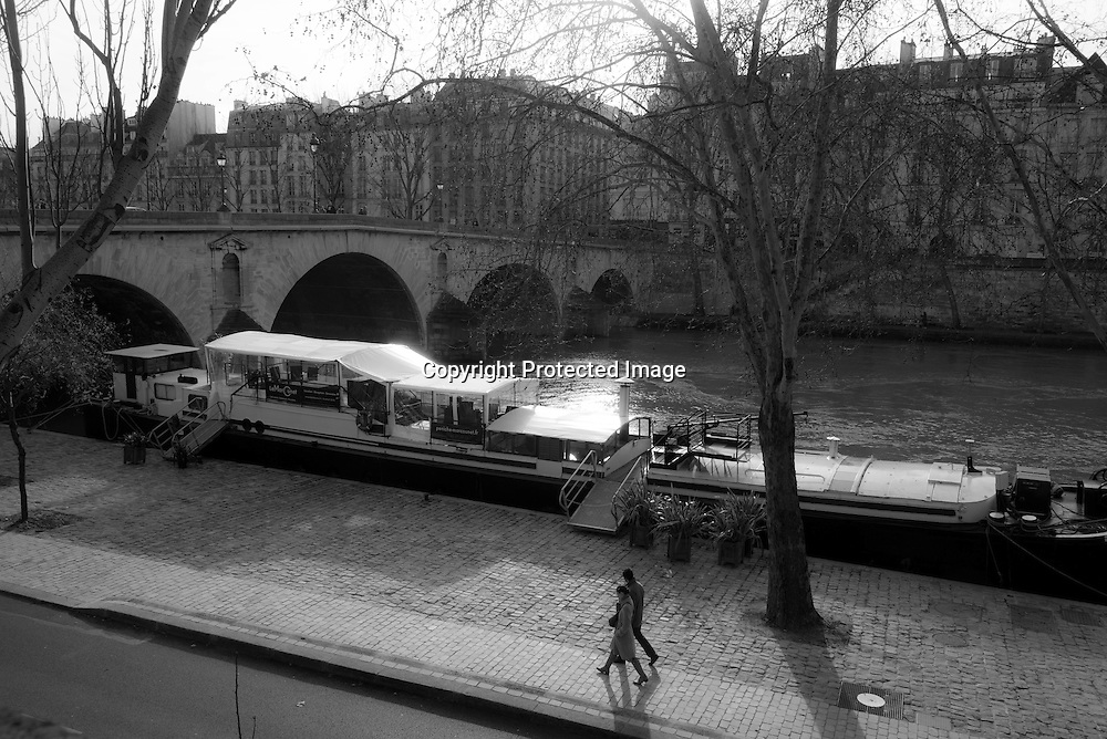 France. Paris. 4th district.  quay of the Hotel de ville, on the seine river banks, On Sunday, the right banks quays are free of cars / les quais de l'hotel de ville le ong de la Seine