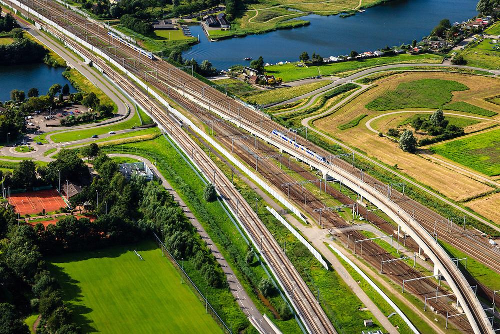 Nederland, Zuid-Holland, Barendrecht, 15-07-2012; spoorbruggen over de Waal, zijarm van de Oude Maas, gezien naar Barendrecht. De sporen van de HSL (links) buigen af richting Hoeksche Waard. Naar rechts de reguliere spoorlijn met fly-over en de Betuweroute richting Kijfhoek..Several railroads over the river Waal, Sout-West Netherlands, the HST, the regular and the freight railway crossing here..luchtfoto (toeslag), aerial photo (additional fee required).foto/photo Siebe Swart