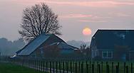 Nederland,  Driebergen, 6 nov 2008..Zonsondergang..Achter een boerderij gaat de zon onder.Foto (c) Michiel Wijnbergh