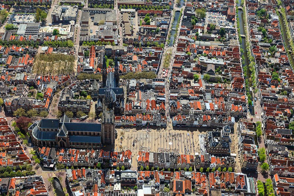 Nederland, Zuid-Holland, Delft, 09-05-2013; <br /> Historisch centrum van Delft zicht op de Markt met terrassen, de Nieuwe Kerk (l)  haaks erop de Maria van Jessekerk, en het stadhuis (r ),  gracht rechts is de Oude Delft, daarnaast de Koornmarkt en  midden in beeld loopt de Brabantse Turfmarkt.<br /> Historic center of Delft with terraces overlooking the Market, the New Church (l) and Town Hall (r ).<br /> luchtfoto (toeslag op standard tarieven)<br /> aerial photo (additional fee required)<br /> copyright foto/photo Siebe Swart