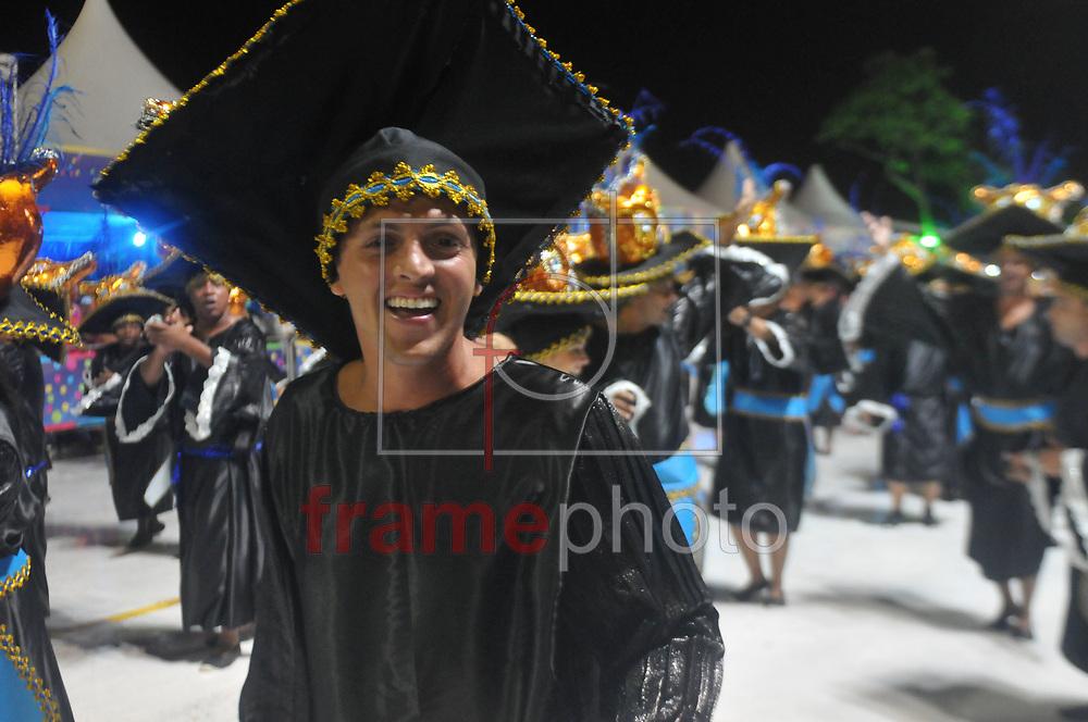 --- OBS: ATENÇÃO EDITORES: ESTAS IMAGENS ESTÃO EMBARGADAS PARA USO/VENDA NO ESTADO DE SANTA CATARINA ---  Florianópolis, (SC) - 14/02/2015 -  Desfile das Escolas de Samba em Florianópolis/SC neste sábado. Neste momento o desfile da escola Consulado. Foto: Eduardo Valente/Frame
