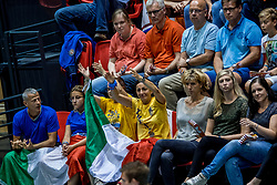 18-08-2017 NED: Oefeninterland Nederland - Italië, Doetinchem<br /> De Nederlandse volleybal mannen spelen hun eerste oefeninterland van twee in SaZa topsporthal tegen Italie als laatste voorbereiding op het EK in Polen. Nederland verliest met 3-0 / Support publiek Italia