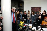 28 ARP 2005 BERLIN/GERMANY:<br /> Michael Sommer (L), Vorsitzender des Deutschen Gewerkschaftsbundes, DGB, begruesst Maedchen anlaesslich des Girls Day in seinem Buero, Deutscher Gewerkschaftsbund<br /> IMAGE: 20050428-01-005<br /> KEYWORDS: Mädchen, Jugendliche, Jugend