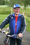 Bjørn Eggen, fra Sjøbygda og Mebonden, er også som 90-åring en iherdig syklist. Sommer som vinter i farta på sin gamle sykkel. Foto: Bente Haarstad