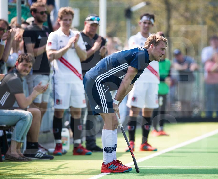 AMSTELVEEN -  Hockey Hoofdklasse heren Pinoke-Amsterdam (3-6). In de 13e minuut was er een luid applaus voor nr. 13, Dennis Warmerdam (Pinoke) , die  vanwege kanker en een tumor in zijn arm, zijn hockeycarrière moet beëindigen  .  COPYRIGHT KOEN SUYK