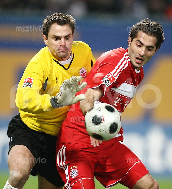 FUSSBALL     1. BUNDESLIGA     SAISON 2007/2008   18. SPIELTAG Hansa Rostock - FC Bayern Muenchen    01.02.2008 Hamit ALTINTOP (re, Bayern) gegen Torwart Stefan WAECHTER (li, Rostock)