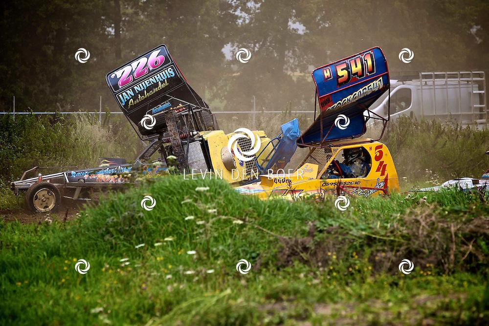BRAKEL - Op het grote veld achter aannemersbedrijf Van der Ven is weer de jaarlijkse wedstrijden Stockkarraces gehouden. Een en al spektakel voor de bezoekers. FOTO LEVIN DEN BOER - PERSFOTO.NU