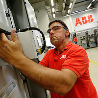 DEU , DEUTSCHLAND : Produktion von Schaltanlagen bei ABB in Ratingen : Endmontage gasisolierter Mittelspannungsschaltanlagen.  |DEU , GERMANY : Production of electric switchboards for powerplants at ABB in Ratingen : final assembly of gas-insulated mid-grade switchboards|.  20.10.2011.Copyright by : Rainer UNKEL