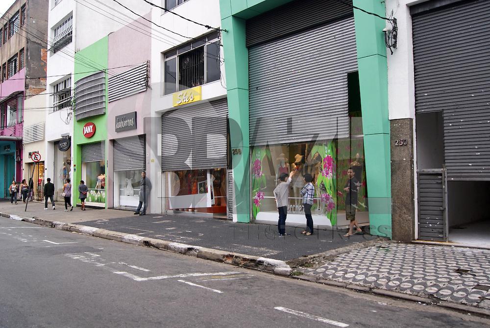 SAO PAULO, SP, 26 DE OUTUBRO DE 2011 - CAMELOS CONFRONTO BRAS - Camelôs voltaram a protestar no início da manhã de hoje (26) nas proximidades da feirinha da madrugada no Brás, região central de São Paulo. Os camelôs, que ontem (25) entraram em confronto com a PM, reuniram-se nesta madrugada novamente no Brás, a maioria na Rua Oriente, região central da capital. Em maior número que ontem, eles iniciaram uma caminhada até a Avenida do Estado. (FOTO: DEBBY OLIVEIRA - NEWS FREE).