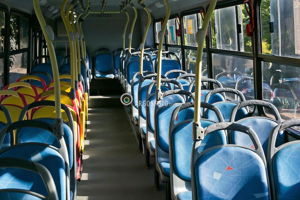 Onibus em condicoes precarias com assentos danificados. / Bus in precarious conditions with damaged seats Foto: Roberto Furtado/Argosfoto - Porto alegre, RS - Brazil - 2016.