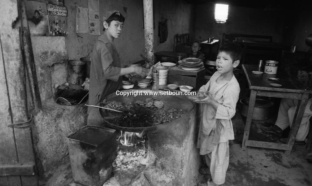 after the coup d etat of the communist party against Daoud / Kabul bazar  Kabul  Afghanistan   / le bazar de Kaboul. apres le coup d etat du parti communiste contre Daoud,   Kaboul  Afghanistan nb 24292 4 / AFG24292 4