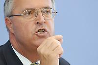 02 JUL 2003, BERLIN/GERMANY:<br /> Hans EICHEL, SPD, Bundesfinanzminister, Pressekonferenz zum Bundeshaushalt 2004, Bundespressekonferenz<br /> IMAGE: 20030702-01-027