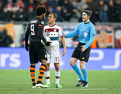 17.02.2015, Arena Lwiw, Lwiw, UKR, UEFA CL, Schachtar Donezk vs FC Bayern Muenchen, Achtelfinale, Hinspiel, im Bild l-r: Diskussion zwischen Luiz Adriano #9 (Schachtar Donezk) und Rafinha #13 (FC Bayern Muenchen), Schiedsrichter Undiano Mallenko // during the UEFA Champions League Round of 16, 1st Leg match between between Schachtar Donezk and FC Bayern Munich at the Arena Lwiw in Lwiw, Germany on 2015/02/17. EXPA Pictures © 2015, PhotoCredit: EXPA/ Eibner-Pressefoto/ Kolbert<br /> <br /> *****ATTENTION - OUT of GER*****