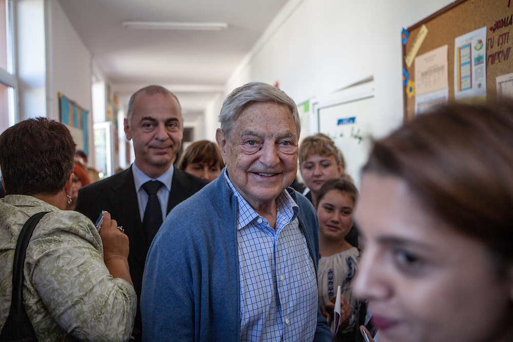 Mr. George Soros and Jim Yong Kim visiting the school in Frumusani and listening to pupils and teachers telling them about their experiences since the school is supported.