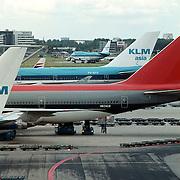 KLM vliegtuigen, logo's met Nortwest 747 - 400 op het platform van Schiphol