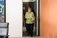 29 AUG 2018, BERLIN/GERMANY:<br /> Angela Merkel, CDU, Bundeskanzlerin, mit Unterlagen, auf dem Weg zu ihrem Platz, vor Beginn der Kabinettsitzung, Bundeskanzleramt<br /> IMAGE: 20180829-01-030<br /> KEYWORDS: Kabinett, Sitzung