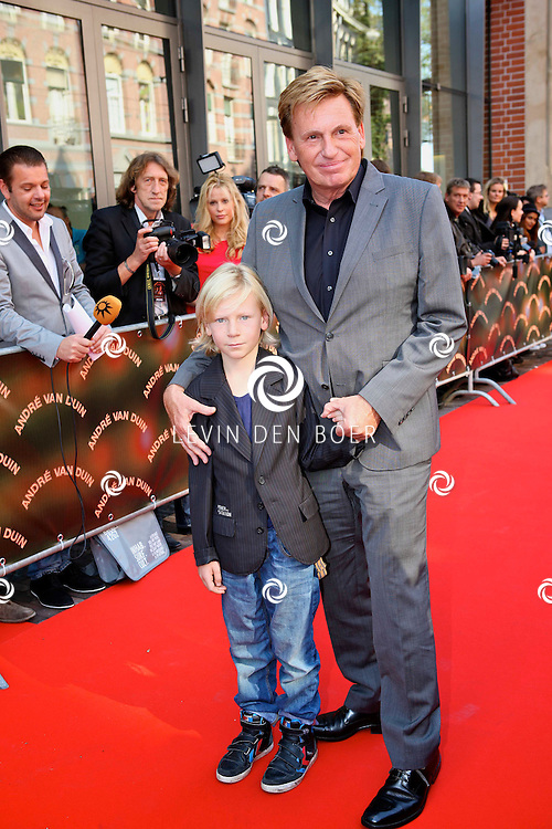 AMSTERDAM - In de LaMar theater is de premiere van Andre van Duin.  Met op de foto Henny Huisman en zijn kleinzoon Oliver. FOTO LEVIN DEN BOER - PERSFOTO.NU