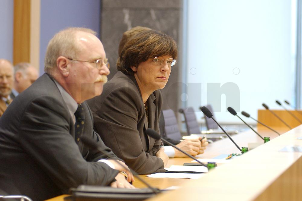 28 NOV 2002, BERLIN/GERMANY:<br /> Ulla Schmidt (R), SPD, Bundessozialministerin, und Dr. Herbert Rische (L), Preaesident der bundesversicherungsanstalt fuer Angestellte, waehrend einer Pressekonferenz zur Riester-Rente, Bundespressekonferenz<br /> IMAGE: 20021128-01-013