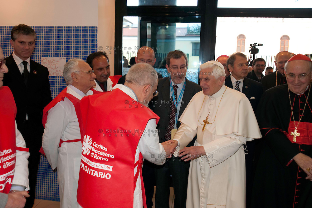 Roma 14 Febbraio 2010.Papa Benedetto XVI visita l'ostello Caritas di via Marsala alla Stazione Termini.Il saluto dei volontari dell'area sanitaria della Caritas..Rome, February 14, 2010.Pope Benedict XVI visits the Caritas hostel in via Marsala to the Termini Station..The greeting of the volunteers in the health of Caritas.
