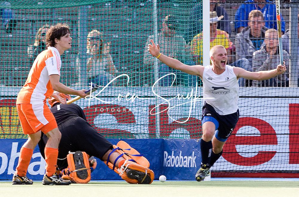 """AMSTELVEEN - Ashley Jackson van Engeland (R) beslist de wedstrijd, vrijdag tijdens de halve finale van de Europese kampioenschappen hockey in Amstelveen, Nederland-Engeland (1-1).  Engeland wint na de 'golden goal"""" van  Ashley Jackson (R). Wouter Jolie en keeper Guus Vogels zijn verslagen."""