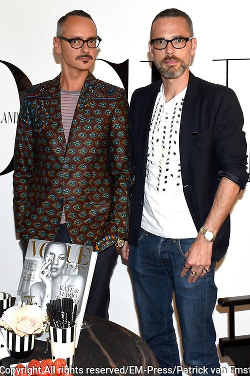 Vogue Fashion's Night Out. Op dit evenement blijven deelnemende winkels extra lang open met instore feestjes, customized ontwerpen, unieke optredens en natuurlijk veel champagne. De naar verwachting 25.000 bezoekers worden dit jaar extra getrakteerd met een exclusieve signeersessie met Viktor &amp; Rolf.<br /> <br /> Op de foto:  Signeersessie Viktor &amp; Rolf in Vogue Store ( Viktor Horsting  en Rolf Snoeren )