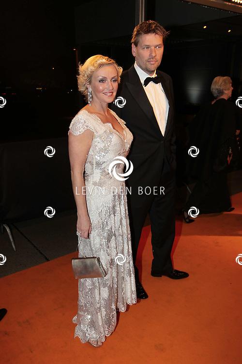 KATWIJK - Lone van Roosendaal met man Eric zaterdag op de oranje loper van de galapremiere van Soldaat van Oranje - de Musical in de Theater Hangaar op de oude vliegbasis Valkenburg bij Katwijk. FOTO LEVIN DEN BOER - PERSFOTO.NU