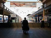 Bahnsteige des Lenigrader Bahnhofs. Der Leningrader Bahnhof (Leningradsky wokzal) ist ein Kopfbahnhof und Endpunkt der Bahnstrecke Sankt Petersburg-Moskau. Namensgebend für ihn ist Leningrad, wie die Stadt Sankt Petersburg, in der diese Strecke beginnt, von 1924 bis 1991 hieß. Das Bahnhofsgebäude liegt am Komsomolskaja-Platz, dem wichtigsten Schienenverkehrsknotenpunkt der Stadt, an dem sich auch der Kasaner und der Jaroslawler Bahnhof sowie der Regionalbahnhof Kalantschowskaja befinden.<br /> <br /> Plattforms of the Leningradsky Rail Terminal. The Leningradsky Rail Terminal (Leningradsky vokzal) is the oldest of Moscow's nine principal railway stations. The station was constructed between 1844 and 1851 to an eclectic design by Konstantin Thon as the terminus of the Moscow-Saint Petersburg Railway, a pet project of Emperor Nicholas I. Regular connection was opened in 1851. Upon the Emperor's death five years later, the station was named Nikolayevsky after him and retained this name until 1924, when the Bolsheviks renamed it Oktyabrsky Station, to commemorate the October Revolution. The present name was given a year later when the city of Petrograd became Leningrad.