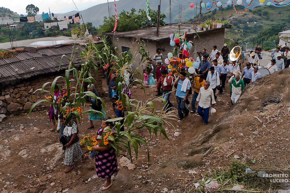 Women from Chiepetepec walk into the Tlatlatzohuaya (Cerro de la Cruz) to show gratitude for the rain times that helped the harvest of corn.  (Photo: Prometeo Lucero)