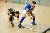 UTRECHT - Hoofdklasse Zaalhockey: International Sander de Wijn van Kampong aan de bal tijdens de wedstrijd tussen Kampong en Den Bosch. links Alexander Moissidis van Den Bosch .FOTO KOEN SUYK