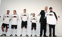 FUSSBALL   INTERNATIONAL   SAISON 2007/2008  DFB und Adidas praesentieren das neue EM Trikot zur Europameisterschaft 2008 am in Hannover DFB Europa-Chef Roland AUSCHEL uebergibt Bundestrainer Joachim LOEW (re) das neue EM-Trikot. Die Spieler Lukas PODOLSKI, Bastian SCHWEINSTEIGER, Per MERTESACKER und Oliver NEUVILLE (v.l.) haben es bereits an.