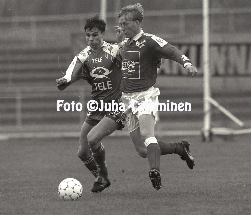 03.09.1992, Pori.Jalkapalloliiga, FC Jazz v Rovaniemen Palloseura.Rami Nieminen (Jazz) v Tapio Kes?lahti (RoPS).©Juha Tamminen