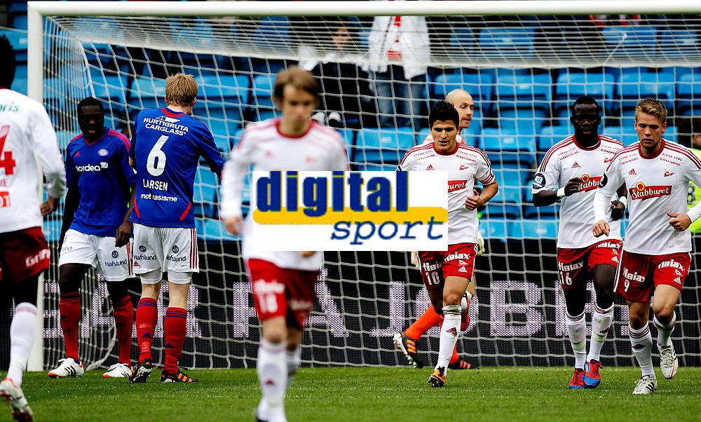 Fotball<br /> Tippeligaen<br /> Ullev&aring;l Stadion , 06.05.12<br /> V&aring;lerenga - Fredrikstad<br /> Tarik Elyounoussi henter ballen etter sin f&oslash;rste scoring<br /> Foto: Eirik F&oslash;rde