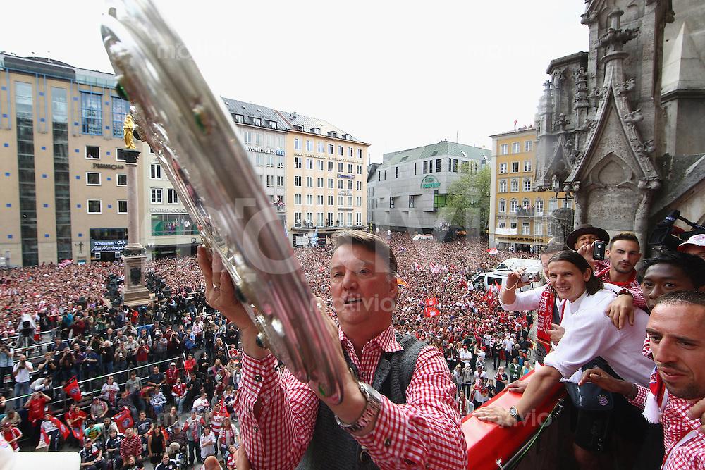 Fussball 1. Bundesliga :  Saison   2009/2010    09.05.2010 Der FC Bayern Muenchen  feiert  auf dem Muenchner Marienplatz die  Deutscher Meister 09/10: Trainer Louis van Gaal  (FC Bayern mit Meisterschale)