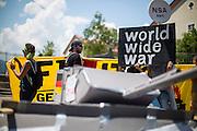 Deutschland | Garmisch-Partenkirchen | 05.06.2015: G7 Gipfel in Elmau bei Garmisch-Partenkirchen. Protestzug mit ca. 450 Teilnehmern vom Camp zum Marschall-Komplex der US Armee in Garmisch.<br /> <br /> hier: Demo am Marschall-Komplex<br /> <br /> 20150605<br /> <br /> NUTZUNG HONORARPFLICHTIG!<br /> [Inhaltsveraendernde Manipulation des Fotos nur nach ausdruecklicher Genehmigung des Fotografen. Vereinbarungen ueber Abtretung von Persoenlichkeitsrechten/Model Release der abgebildeten Person/Personen liegt/liegen nicht vor.] [No Model Release | No Property Release]