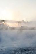 Sluppenbrua med Kroppanbrua i bakgrunnen. Temperaturen ligger rundt -20, og frostrøyken skaper trolsk stemning.