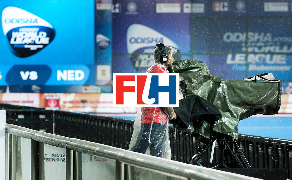 BHUBANESWAR - Cameraman  tijdens de Hockey World League Finals , de wedstrijd om de 7e plaats, Engeland-Nederland (0-1).   COPYRIGHT KOEN SUYK