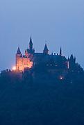 Burg Hohenzollern, beleuchtete Burg bei Dämmerung, Schwäbische Alb, Baden-Württemberg, Deutschland.. | ..Hohenzollern Castle at night, Germany