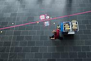 """Breda. 21-06-2012. Avans Hogeschool is volop bezig met het digitaliseren de post en het archief. Het werk van hoofd Post en Logistiek, Maarten Haantjes zal sterk veranderen. """"Nu loop ik nog 14 kilometer per dag. Dat zal veel minder worden. Ik zal meer zitvlees moeten kweken. Foto: Gerrit de Heus."""