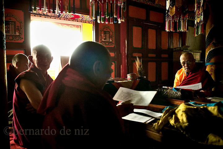 A Chineses Budist monks pray  at the Guang Zang Monastery in the He Lan Mountain, in the north west of China in the Inner Mongolia Autonomous region. Restoration of religious tolerance in the country had been a long and slow process that start at the end of the 80«s decade. Aug-27-2006. China/ Photo: Stringer