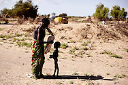 Ebongom er to et halvt år og alvorligt underernæret og igang med at få drop af Røde Kors, hun har været syg i to måneder og har den sidste uge haft alvorlig diarré og hoste, fortæller hendes mor Eperit. IDP camp i no man´s land, hvor der er mæslinger i udbrud og en meget høj rate af underernærning. 26 børn er akut underernærede (SAM) og 100 børn er underernærede (MAM), hvilket er omkring 50 % af alle børn. De er flygtet efter kamp med Pokot stammen om deres kvæg og geder. De mistede alt og flere døde i angrebet. Røde Kors hjælper flygtningene med sundhedsundersøgelse  og i de værste tilfælde drop direkte i blodårene. De uddeler også myggenet som skal beskytte dem mod malaria som er stigende i området, antibiotika til børnene der har mæslinger. Tæpper til de kolde nætter da hoste er udbredt i lejren. Og majs og mel, så de kan få nogle måltider mad, hvilket er et problem for disse flygtninge at skaffe.