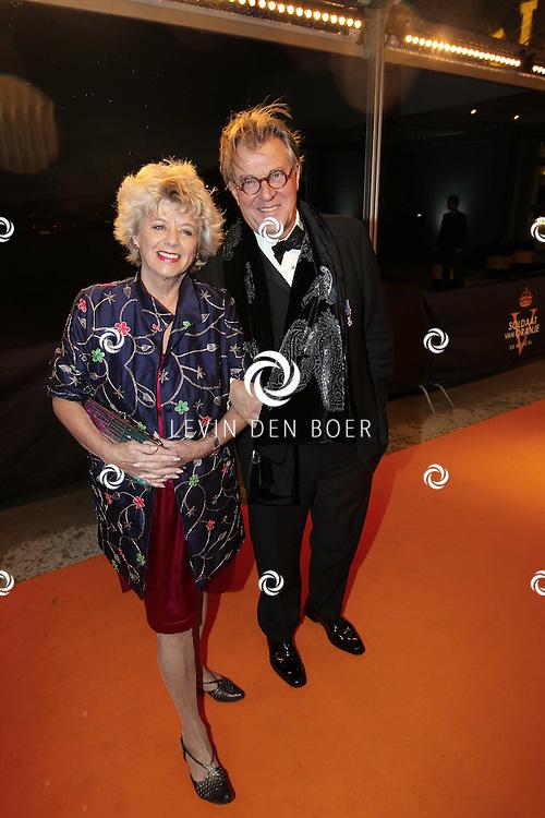 KATWIJK - Jeroen Krabbe en Petra Lasseur zaterdag op de oranje loper van de galapremiere van Soldaat van Oranje - de Musical in de Theater Hangaar op de oude vliegbasis Valkenburg bij Katwijk. FOTO LEVIN DEN BOER - PERSFOTO.NU