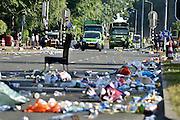 Nederland, Nijmegen, 18-7-2014 Vierdaagse, Als de laatste lopers gepasseerd zijn begint de DAR, dienst afval en reiniging van de gemeente met het schoonmaken,schoonvegen van het parcours, route,  via gladiola, de sint annastraat. Groepen studenten zijn dan nog aan het feesten, maar moeten van de weg af.  Foto: Flip Franssen/Hollandse Hoogte