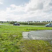 Nederland Delft 17-09-2010 20100917     A4 Delft - Schiedam wordt definitief verlengd,  er  is begin deze maand officieel besloten tot de aanleg van het stuk snelweg waarover zo'n vijftig jaar is gesproken. Rijkswaterstaat en het ministerie van VWS hebben dat laten weten.Over de nieuwe verkeersader wordt al decennialang gesteggeld, vooral omdat de weg het natuurgebied Midden-Delfland doorboort...De zeven kilometer asfalt tussen Delft en Schiedam doorkruist straks verdiept of via een tunnel het natuurgebied tussen de twee steden. Het belangrijkste pluspunt is dat de A13 wordt ontlast. Op rijksweg A13 staat dagelijks de voor de economie schadelijkste file van Nederland. Met het project A4 Delft-Schiedam willen lokale en regionale overheden en het Rijk de problemen rond bereikbaarheid en leefbaarheid op en rond de A13 en de A4 Delft-Schiedam oplossen, ook de bereikbaarheid van de Maasvlakte wordt zo verbeterd. Randstad.  ontlasting wegennet. Midden Delftland., ruimtelijke ordening, ruimtelijke planning, ruimtelijke visie, ruraal, rurale omgeving, rustiek, rustieke, rustieke omgeving, rustig, rustige, schadelijk, schadelijk voor milieu, schaden, snelweg, snelwegen, spoor, terrein, toekomst, toekomstige plannen, toekomstplannen, tracé, traject, transport, uitgestrektheid, uitlaatgassen, verbinding, verbindingen, vergezicht, vergezichten, verkeer en vervoer, verkeer en waterstaat, verkeersader, verkeersaders, verkeersdruk, verkeersnet, vernieuwing, vervoer, vewezenlijken, weg, wegen, wegenbouw, wegennet, wegnet, wegverbinding, wei, weide, wijds, wijdsheid