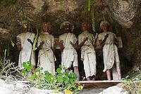 "Indonesie. Sulawesi (Celebes). Pays Toraja, Tana Toraja. Cimetiere toraja de Lemo. Falaise ""tau-tau"". Les effigies des nobles s'alignent das leur vetements. // Indonesia. Sulawesi (Celebes Island). Tana Toraja. Traditional cemetery of Lemo. ""Tau-tau"" cliff."