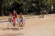 Twee meisjes fietsen door Phnom Penh