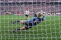 FUSSBALL  CHAMPIONSLEAGUE  FINALE  SAISON 2000/2001  23.05.2001 FC Bayern Muenchen - FC Valencia  6:5  n. E. Oliver Kahn (Mitte, FC Bayern Muenchen;) haelt den entscheidenden Elfmeter von Mauricio Pellegrino (hinten, Valencia)